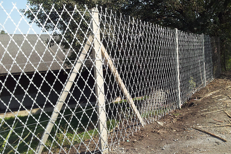 Welded razor mesh for security fence wire